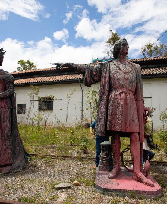 Los Andes examina las esculturas de Isabel y Colón retiradas de la Av. El Dorado